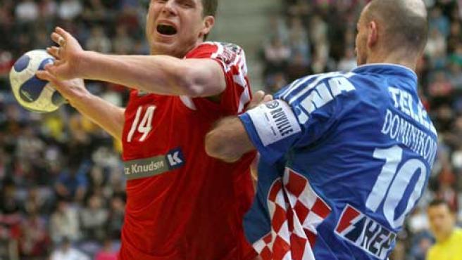 Knudsen y Dominikovic, en la final del Europeo. (EFE)