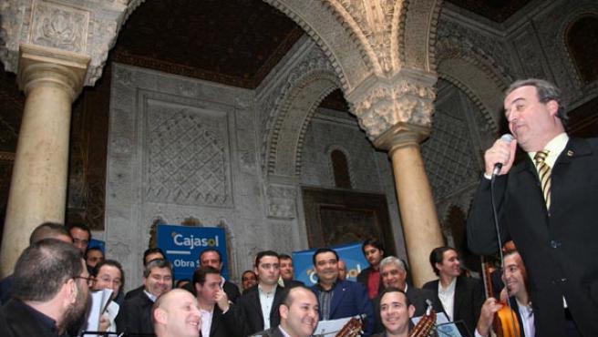 El patio andalusí del Casino Gaditano se llenó el sábado de eruditos, incondicionales y coristas del Carnaval. JOSÉ GARCÍA