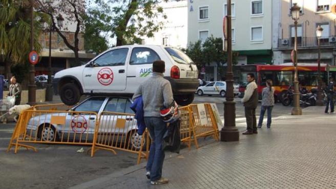 Un coche de desguace encima de otro, en la Plaza del Duque. (R. G.).