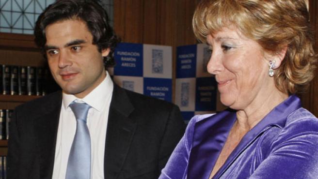 La presidente del Gobierno regional, Esperanza Aguirre, acompañada del consejero de Sanidad, Juan José Güelmes. (FOTO: EFE)