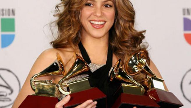 La cantante Shakira con cuatro grammys en una imagen de archivo.