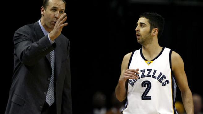 El director técnico de los Grizzlies de Memphis, Marc Iavaroni, habla con su jugador español Juan Carlos Navarro (Efe).