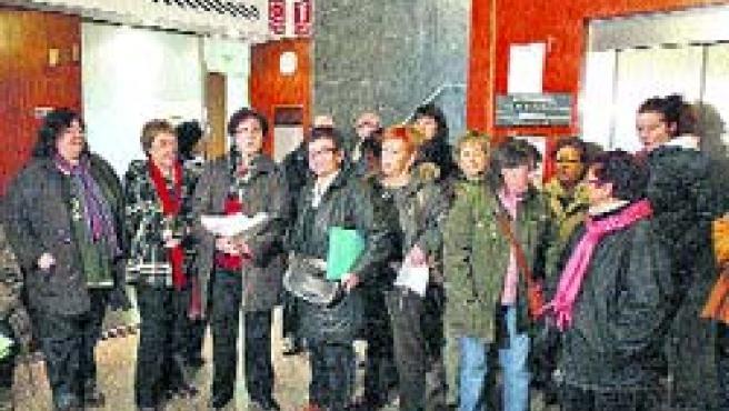 Las mujeres, ayer, durante la entrega de los escritos en los juzgados.(Miriam Chacón/Ical)