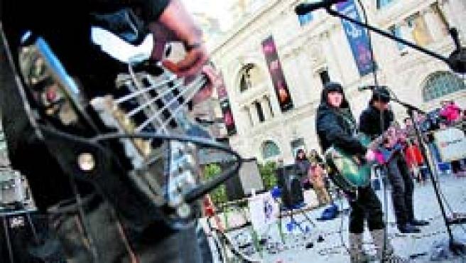 Decenas de grupos de rock noveles actuaron durante todo el día en plazas y calles del centro de la ciudad.(Fabián Simón)