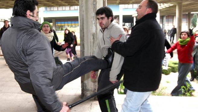 Un guardia de seguridad privado golpea a un estudiante de la UPV (Foto: Efe).