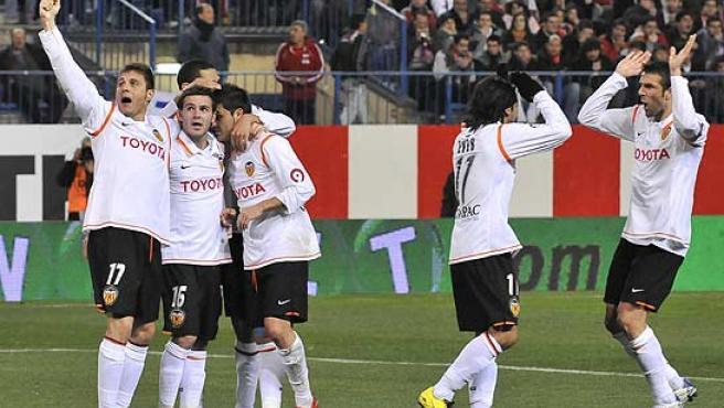Los futbolistas del Valencia celebran uno de los goles. (Efe)