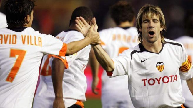 El centrocampista del Valencia David Albelda (dcha) celebra con David Villa su gol ante el Mallorca.