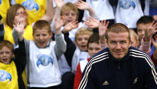 Beckham, con un grupo de niños (Reuters).