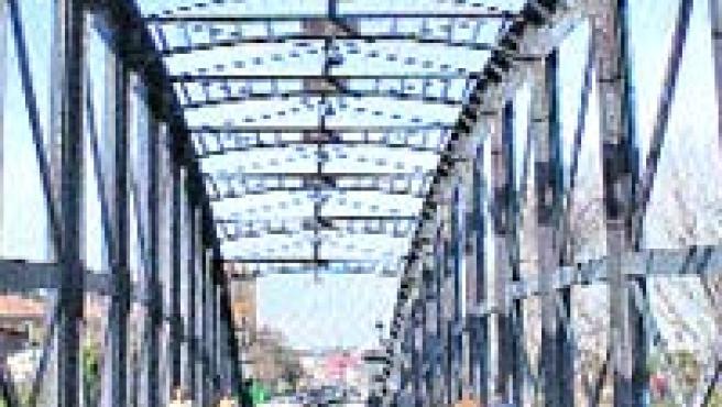 Vista general del Puente Colgante y detalles de cómo son los tornillos que faltan.