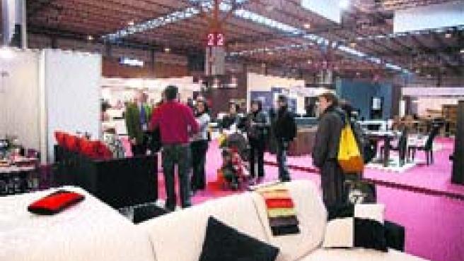 Varios visitantes, ayer, en la primera edición de la Feria Profesional del Mueble de Zaragoza.(Fabián Simón)