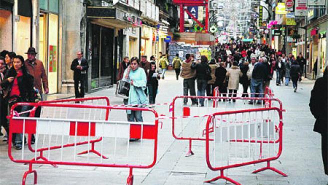 Andar por la calle del Príncipe estos días se ha convertido en una carrera de obstáculos (Laura González).