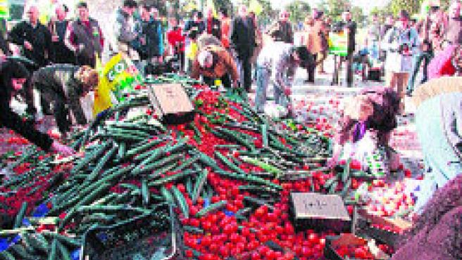 10.000 kilos de tomates, pimientos y pepinos para protestar.(Torres)