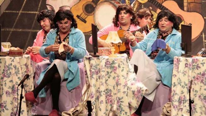 Los integrantes de la murga onubense 'La tía Manoli', durante su actuación en el Gran Teatro