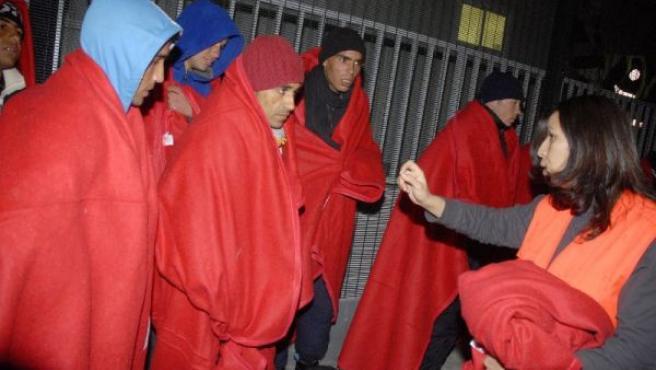 Algunos de los inmigrantes rescatados (RICARDO GARCÍA / EFE).
