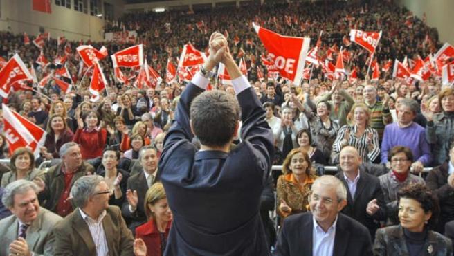 El presidente del Gobierno saluda al público al comienzo del acto de Orense. (EFE)