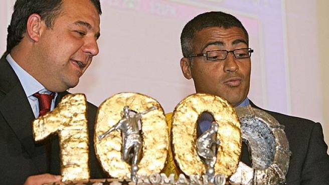 Romario recibe el trofeo conmemorativo por sus 1.000 goles de manos del gobernador de Río de Janeiro. (Archivo)