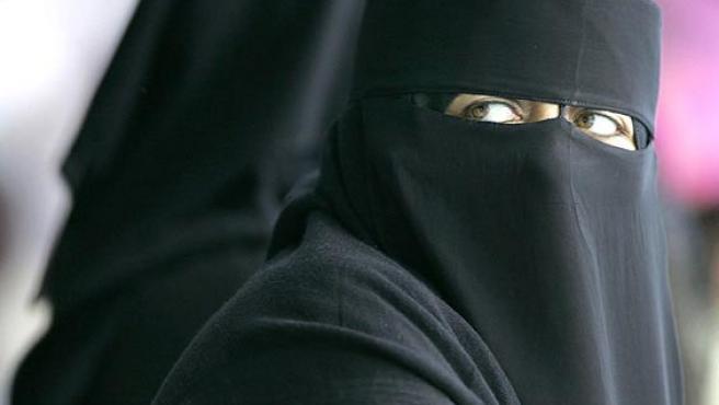 Mujer cubierta con el velo islámico.