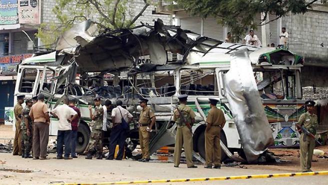 Así quedó el autobús donde explotó la bomba. (Buddhika Weerasinghe / Reuters).