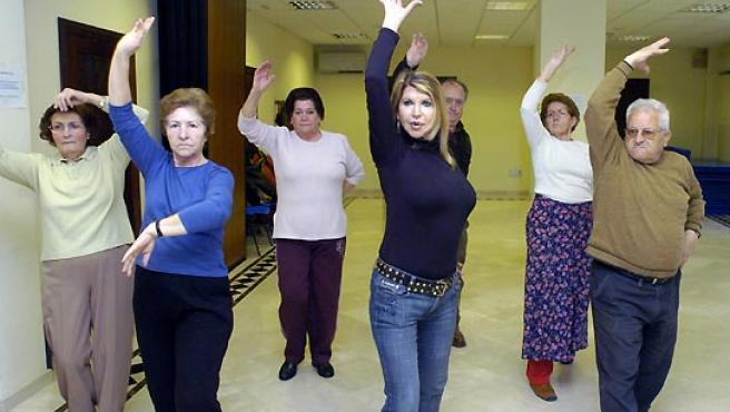 La bailaolra y flamencóloga, Ana María Ruiz, dando clase de flamencoterapia. (Juan Ferreras / EFE).