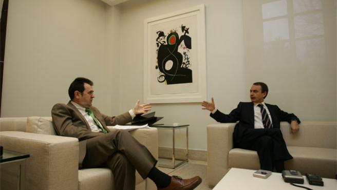 El director de 20minutos, Arsenio Escolar, y el presidente del Gobierno, J. L. Rodríguez Zapatero, durante la entrevista. (JORGE PARÍS)