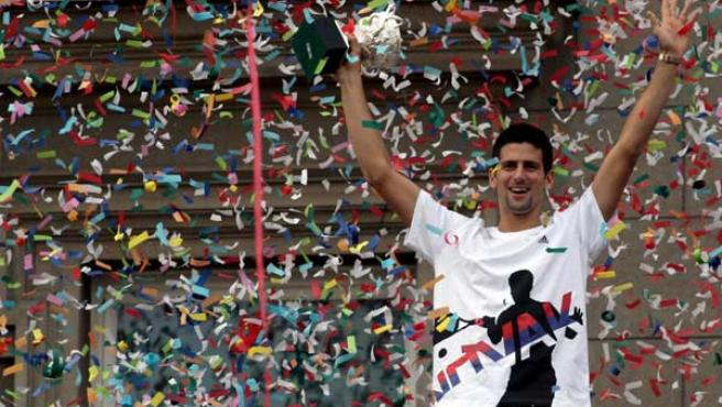 El tenista serbio Novak Djokovic sostiene su troFeo durante la ceremonia de bienvenida en Belgrado, Serbia. (SASA STANKOVIC / EFE)