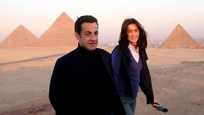 Imagen de archivo con Nicolas Sarkozy y Carla Bruni durante su visita a las pirámides de Giza en El Cairo. (Khaled El Fiqi / EFE).