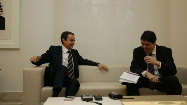 Zapatero, en un momento distendido de la entrevista junto a J. C. Escudier. (J. PARÍS)