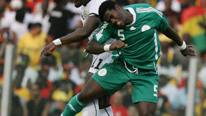 Ali Muntari (i), de la selección de Ghana, salta por el balón con Nwaneri Obinna, de Nigeria. (NIC BOTHMA / EFE).