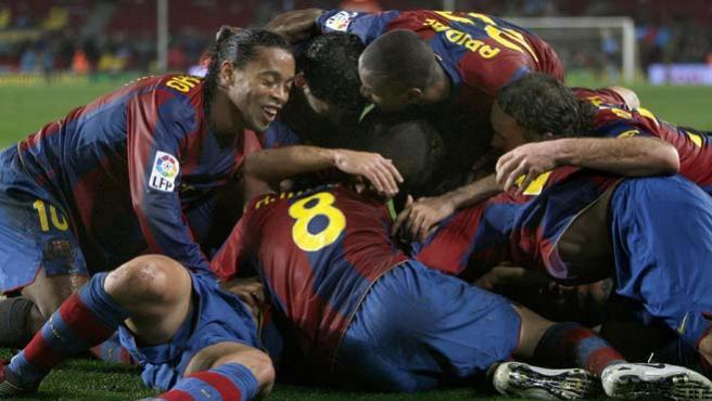 Varios jugadores del F.C Barcelona se abrazan tras marcar Xavi Hernandez (Efe).