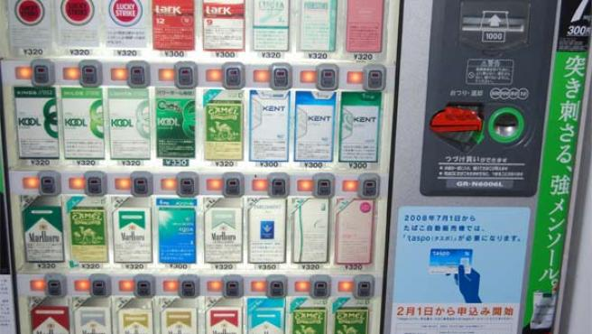 Ejemplo de una máquina japonesa expendedora de tabaco con el mecanismo de verificación de edad. (Foto: Efe).