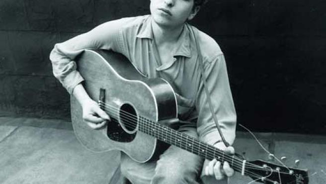 Bob Dylan, a los mandos de su guitarra acústica