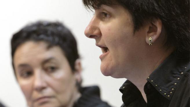 Nekane Erauskin (derecha) y Jone Goirizelaia (izquierda)durante la rueda de prensa en Bilbao (Foto: EFE).