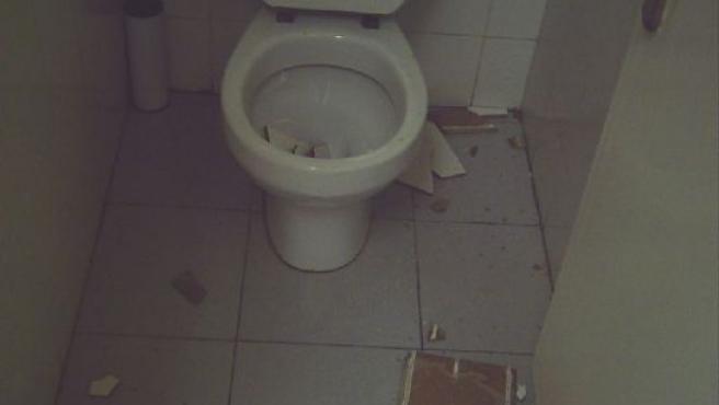 Los azulejos caídos sobre el baño del aulario.