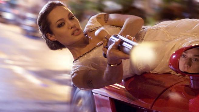Angelina Jolie, colgada de un coche en 'Wanted'.