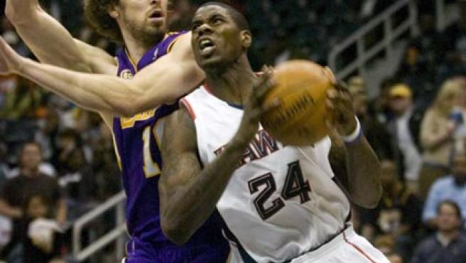 El jugador de los Atlanta Hawks Marvin Williams conduce el balón bajo la marca del jugador español de los Ángeles Lakers Pau Gasol. (EFE)