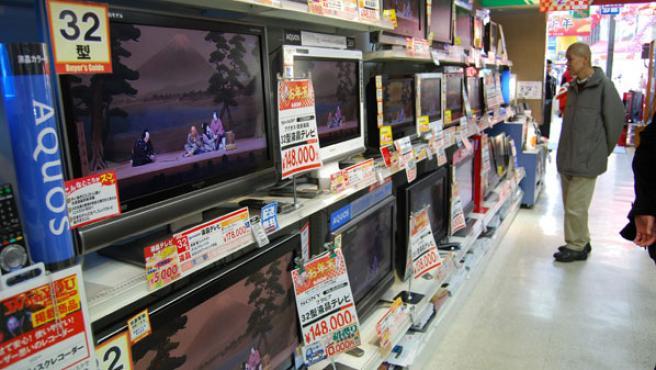 Un expositor de pantallas planas en una tienda de electrónica de Tokio.