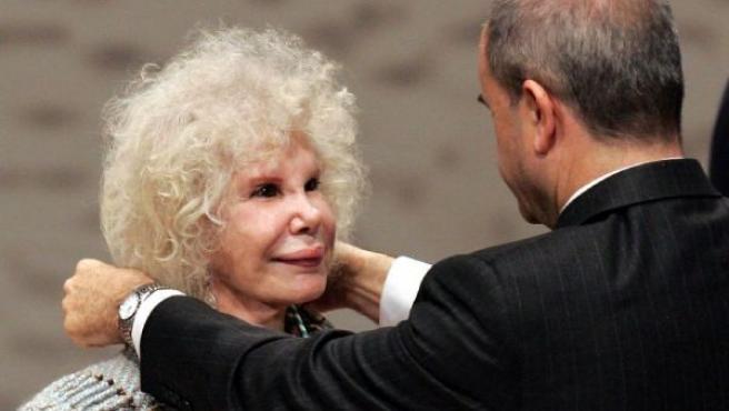 La duquesa de Alba recibió en 2006 la Medalla de Andalucía de manos de Manuel Chaves. (JULIO MUÑOZ/EFE)