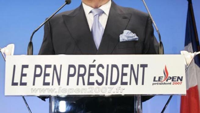 Le Pen ha quedado relegado a la cuarta posición, tras Sarkozy, Royal y Bayrou.(REUTERS / YVES HERMAN)
