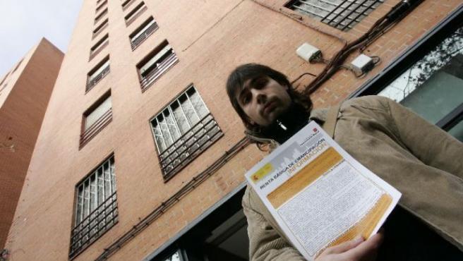 Un joven, con el informe para solicitar la ayuda de alquiler.