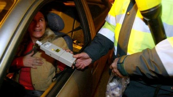 Un agente realiza un control de alcoholemia a una conductora (Foto: Archivo).