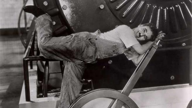 Charles Chaplin, interpretando a Charlot en 'Tiempos modernos'.
