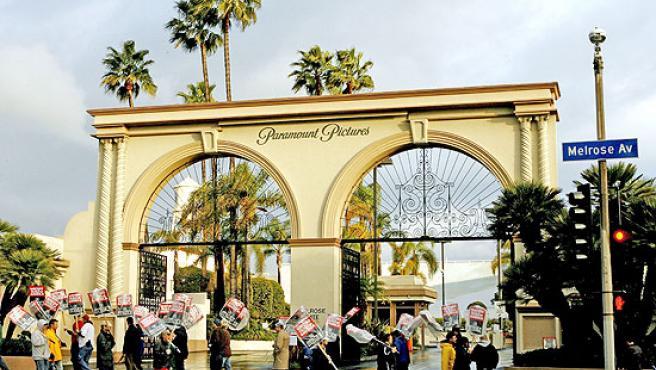 Un grupo de guionistas estadounidenses hacen guardia frente a los estudios de la Paramount.