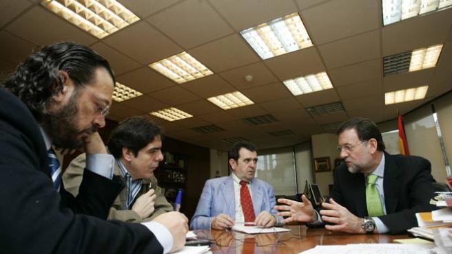 De izda a dcha: Francisco Frechoso, J. C. Escudier, Arsenio Escolar y Mariano Rajoy, durante la entrevista. (J. PARÍS)
