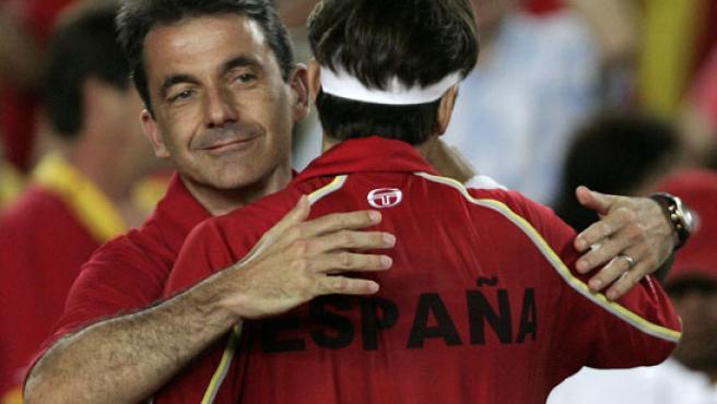 El capitán español de Copa Davis, Emilio Sánchez Vicario, abraza a Tommy Robredo. (EFE / ARCHIVO)