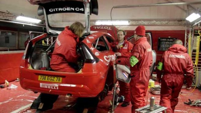 Mecánicos del equipo Citroen ultiman el coche de Loeb. (EFE)