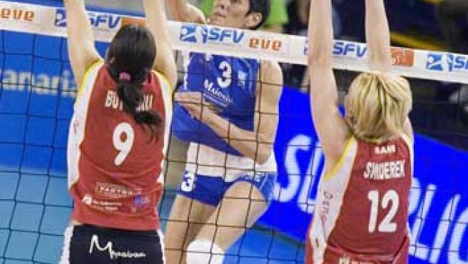 Las jugadoras del Voley Sanse, Elena Butnaru y Anna Swiderek tratan de bloquear el remate de la jugadora del Icaro Palma, Dorota Swieniewicz. (EFE)