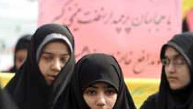 Un grupo de jóvenes iraníes participaron en una manifestación en Teherán (Irán), en la que pedían que se siga el código islámico de vestimenta.