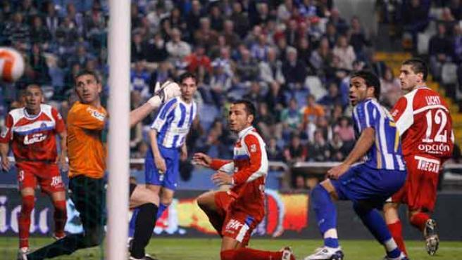 Abbondanzieri y varios jugadores de los dos equipos ven como el balón se cuela en la portería del Getafe (EFE).