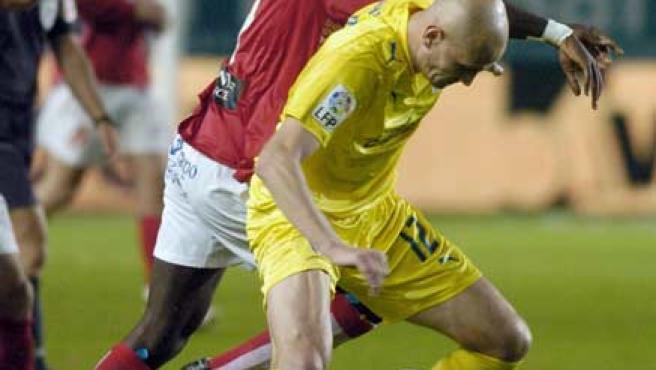 Cygan, del Villarreal, es presionado por Goitom, del Murcia (EFE).