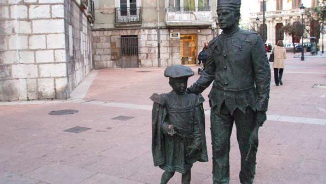 Tetín. Estatua de los tradicionales danzantes de Burgos en la Plaza Alonso Martínez